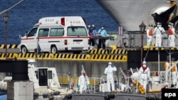 Медперсонал и сотрудники береговой охраны у круизного лайнера Diamond Princess. Япония, 5 февраля 2020
