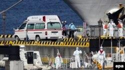 Медперсонал и сотрудники береговой охраны у круизного лайнера Diamond Princess. Япония, 5 февраля 2020 года.