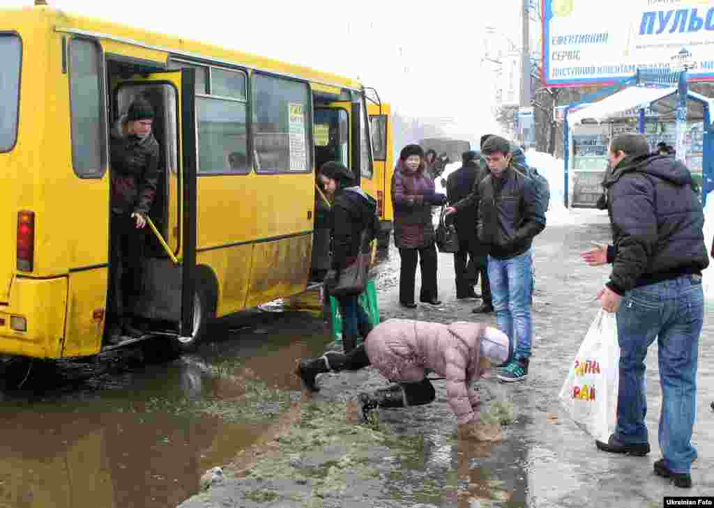 Дівчина падає в калюжу, Київ, 30 березня 2013 року.