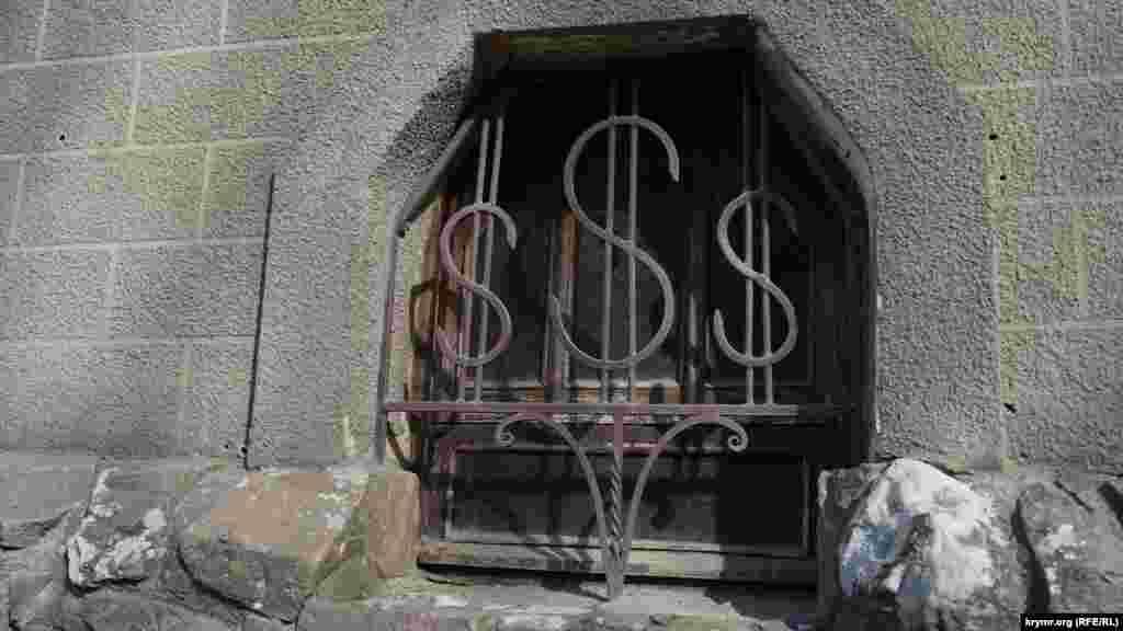 Віконце колишнього обмінного пункту на вулиці Морській
