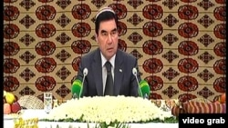 Prezident Gurbanguly Berdimuhamedow hökümet maslahytyny geçirýär. Arhiw fotosy