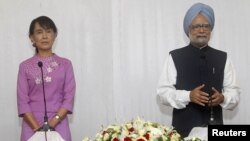 Aung San Suu Kyi meets with Indian Prime Minister Manmohan Singh in Yangon on May 29.