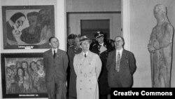 Посещение Й.Геббельсом выставки (1937) (источник: Bundesarchive)