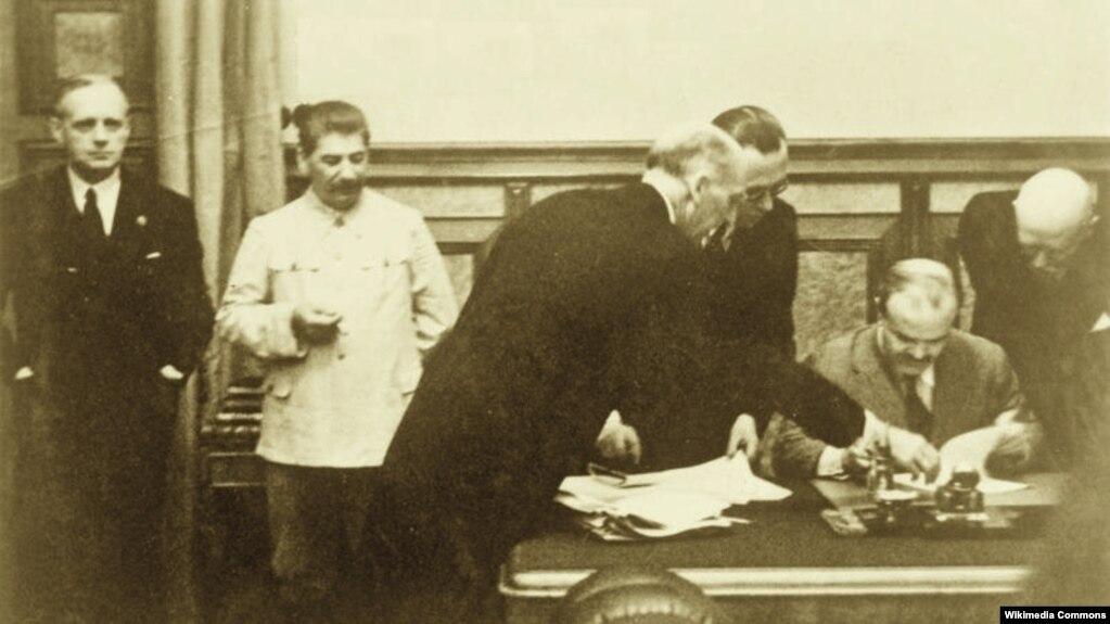 Подписание Вячеславом Молотовым нацистско-советского пакта о ненападении. Слева направо: Йоахим фон Риббентроп, Иосиф Сталин. Москва, Кремль, 23 августа 1939 года