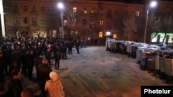 Столкновения демонстрантов с ОМОНом у российского консульства в Гюмри, 15 января 2015 года.