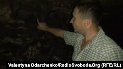 Cільський голова Кутянок Руслан Павленко показує, що на стінах дійсно присутня копоть
