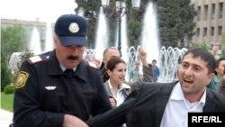 Baku: poliţişti sunt mai bine plătiţi decît profesorii
