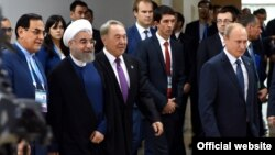 Президент Ирана Хасан Роухани (второй слева) и президент Казахстана Нурсултан Назарбаев (третий слева), президент России Владимир Путин (справа) на саммитах БРИКС и ШОС в Уфе. 9 июля 2015 года.