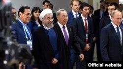 Иран президенті Хасан Роухани (сол жақтан екінші) және Қазақстан президенті Нұрсұлтан Назарбаев (сол жақтан үшінші), Ресей президенті Владимир Путин (оң жақ шетте) Уфадағы саммитте. 9 шілде 2015 жыл.