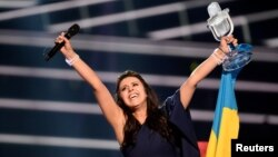 جمالا با پرچم اوکراین و جام پیروزی