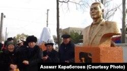 Церемония открытия бюстов. Алиясбек Алымкулов (второй слева). 10 ноября 2018 года.