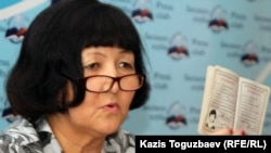 Азаматша Бақыт Есжанова өзінің КПСС мүшесі болғанын дәлелдейтін партбилетін көрсетіп отыр. Алматы, 16 тамыз 2011 жыл.