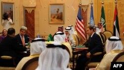 وزیر امور خارجه آمریکا در جده با وزیران امور خارجه کشورهای عرب حاشیه خلیج فارس، نماینده بریتانیا و فرستاده سازمان ملل دیدار کرد.