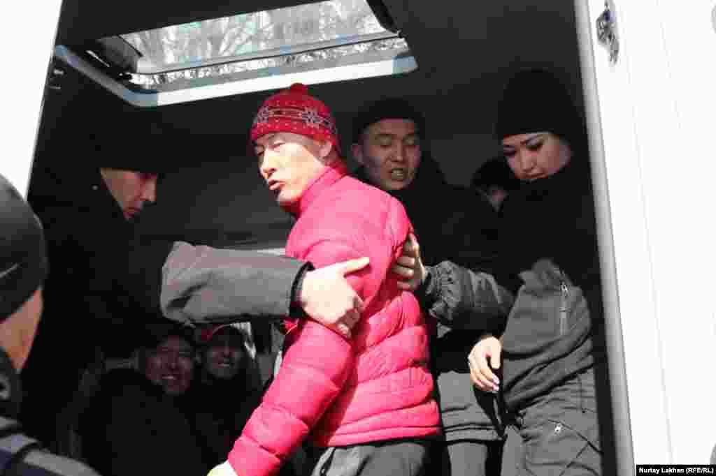 Спецназ заталкивает задержанного в автозак. Выйти на митинги в этот день призвали несколько оппозиционных групп. В частности,движение «Демократический выбор Казахстана» (ДВК), которым руководит бывший банкир и оппозиционный политик Мухтар Аблязов, живущий последние 11 лет за границей.ДВК запрещено в Казахстане по решению суда, признавшего его «экстремистской организацией», в прошлогодней резолюции Европарламента ДВК названо «мирным оппозиционным движением». О планах выйти на митинги 1 марта заявили гражданское движение «Oyan, Qazaqstan», созданное молодыми активистами, инициативная группа по созданию оппозиционной Демократической партии и движение Respublika.