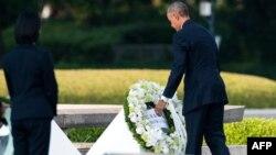 АҚШ президенті Барак Обама Хиросимадағы атом бомбасы құрбандарына арналған мемориалға гүл шоғын қойып тұр. Жапония, 27 мамыр 2016 жыл.