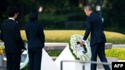 پارک یادبود صلح هیروشیما - رئیس جمهور آمریکا حلقه گلی را بر آرامگاه نمادین قربانیان بمباران اتمی میگذارد