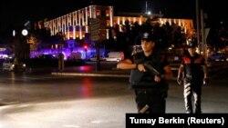 Офицеры полиции охраняют штаб квартиру в Анкаре