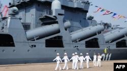 "Китайские моряки возле российского противолодочного корабля ""Адмирал Виноградов"". КНДР, Циндао, 23 апреля 2012 года"