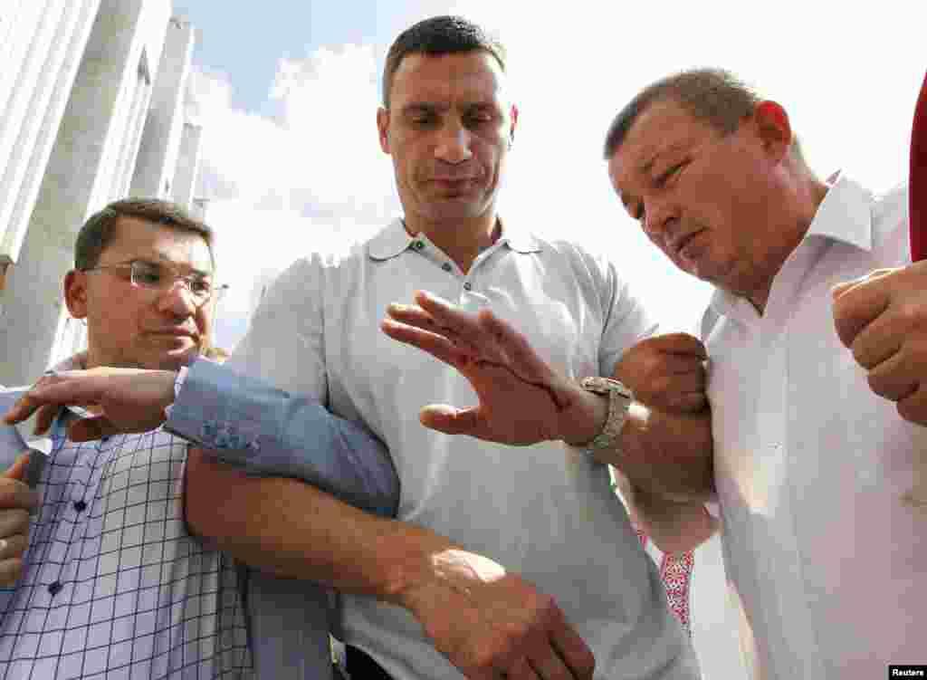 Віталій Кличко з пораненою рукою після сутички силовиків із учасниками «Мовного майдану». Київ, 4 липня 2012 року
