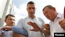 Віталій Кличко з пораненою рукою після сутички силовиків із учасниками Мовного Майдану. Київ, 4 липня 2012 року