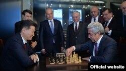 ՀՀ նախագահ, Հայաստանի շախմատի ֆեդերացիայի նախագահ Սերժ Սարգսյանը շախմատ է խաղում ՖԻԴԵ-ի նախագահի հետ, արխիվ