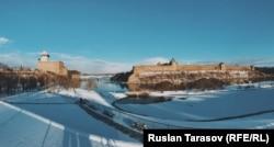 Панорама з естонською Нарвою (ліворуч) і російським Івангородом (праворуч) – їх розділяє річка і пару сотень метрів