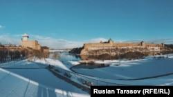 Панорама с эстонской Нарвой (слева) и российским Ивангородом (справа) – их разделяет река и пару сотен метров