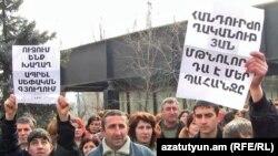 Արմավիրի մարզի Եղեգնուտ գյուղի բնակիչները բողոքում են գյուղապետի անօրինականությունների դեմ, 14 հունվար, 2011