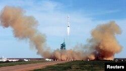 """Запуск """"Шэньчжоу-10"""" с экипажем из трех человек с космодрома в провинции Ганьсу. Китай, 11 июня 2013 года."""