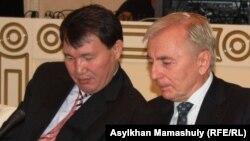 Алик Шпекбаев (слева) в бытность заведующим отделом правоохранительной системы администрации президента Казахстана и Игорь Рогов в бытность председателем Конституционного совета.