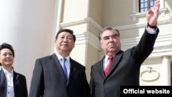Президент Таджикистана Эмомали Рахмон и председатель КНР Си Цзиньпин. Архивное фото