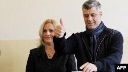 Лидерот на Демократската партија на Косово Хашим Тачи на денот на изборите