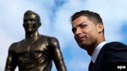 Cristiano Ronaldo öz heykəlinin yanında