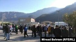 Građani okupljeni ispred ulaza na deponiju Uborak