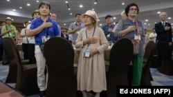 Pamje para takimit mes familjarëve të dy Koreve.