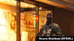 Брюссельдегі полицияның арнайы жасақ сарбазы. Бельгия, 21 қараша 2015 жыл.