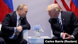 У листі до Путіна (л) Трамп наголошує на важливості подальшої взаємодії в різних сферах, включно з протидією тероризму, повідомив сенатор