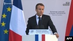 Президент Франции Эмманюэль Макрон выступает на церемонии прощания с всемирно известным шансонье Шарлем Азнавуром, Париж, 5 октября 2018 г.
