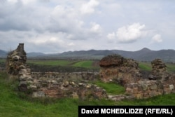 შუა საუკუნეების გალავნის ნანგრევები