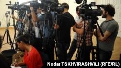 Грузинские журналисты требуют отменить ограничения, согласно которым в день голосования на выборах проводить фото- и видеосъемку на избирательном участке можно только в течение 10 минут
