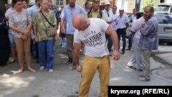 Ватан Карабаш перед попыткой совершить самоподжог. Симферополь, 3 августа