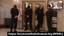Співробітники приватної структури охороняють організований ЛГБТ-спільнотою «Фестиваль рівності», Львів, 19 березня 2016 року