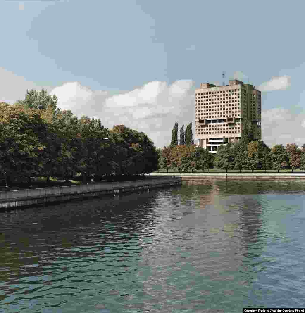 Людиноподібний Будинок Рад у Калінінграді стоїть на місці рову колишнього Кенігсберзького замку. Будівля вважається головним радянським довгобудом. Започаткований 1974 року, будівництво Будинку Рад так і не завершили