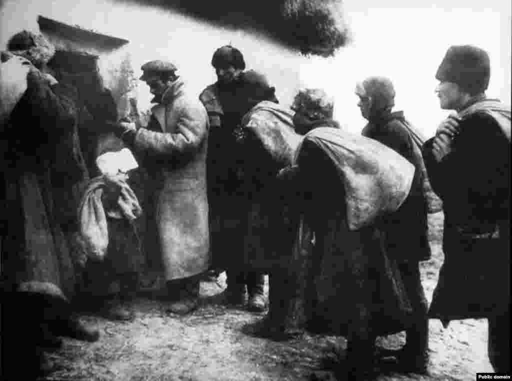 Селяни артілі «Надія» здають зерно на склад - Голодомор, голод, 1933