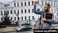 Участник крестного хода, ежедневно проходящего в Минске после начала протестов