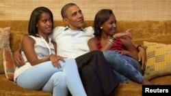 باراک اوباما با دخترانش، مالیا (چپ) و ساشا