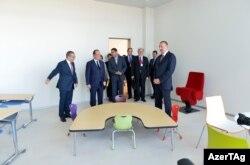 İlham Əliyev və Francois Hollande Bakı Fransız Liseyi ilə tanış olurlar