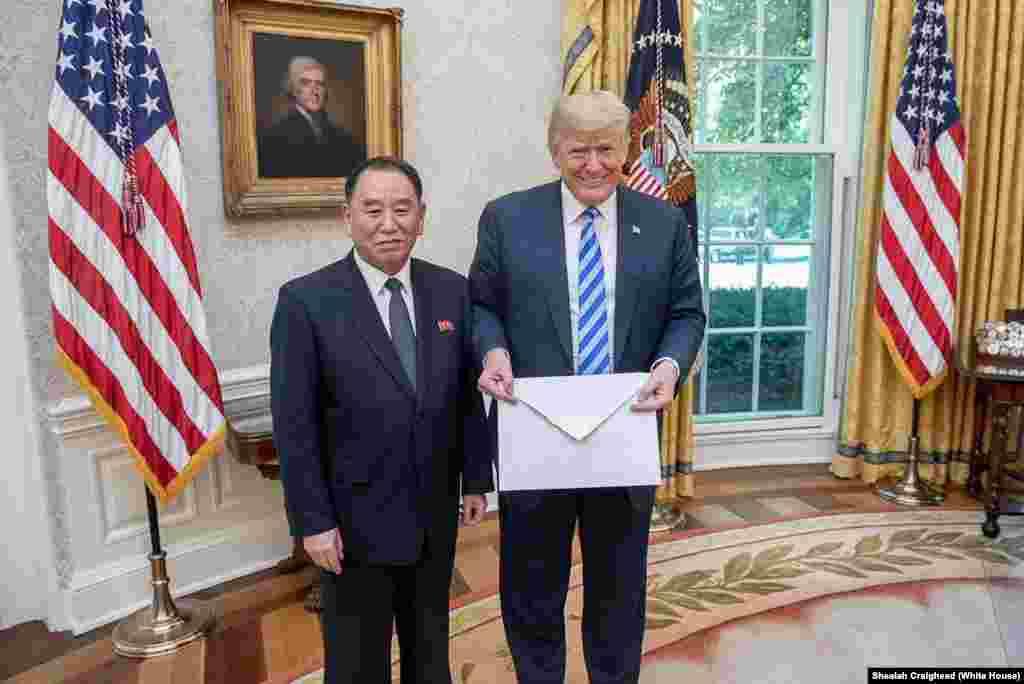 """В начале июня, когда все думали, что встреча уже не состоится, в Вашингтон прилетел северокорейский посол с письмом от Ким Чен Ына.Трамп назвал это послание """"хорошим и интересным"""", а позже заявил, что встрече 12 июня все-таки быть."""