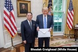 Кім Йон Чхоль і Дональд Трамп із листом від Кім Чен Ина, Білий дім, Вашингтон, 1 червня 2018 року
