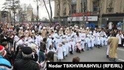 Празднование Рождества традиционно сопровождает театрализованное шествие сбора пожертвований для нуждающихся – Алило